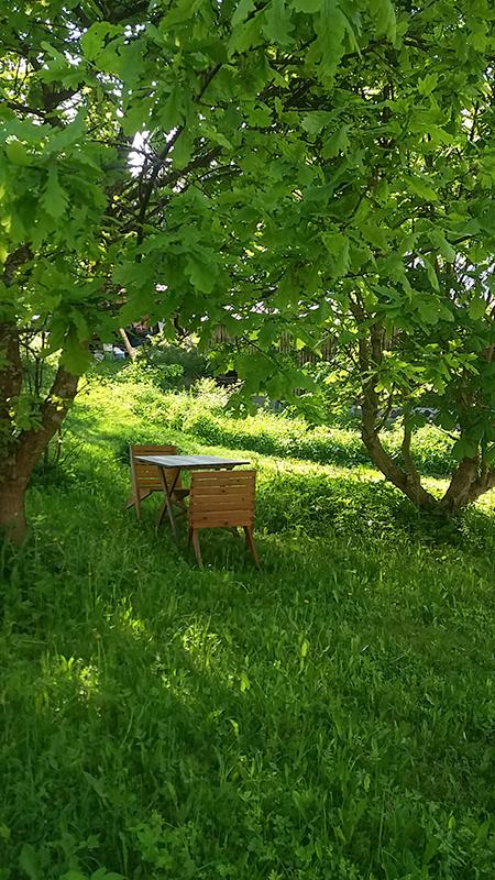 Puutarhamajan suojassa
