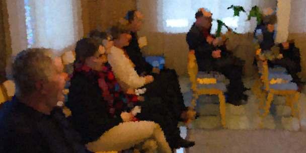 Yhteisö kokoontuneena Pyhän Kolminaisuuden kappeliin.